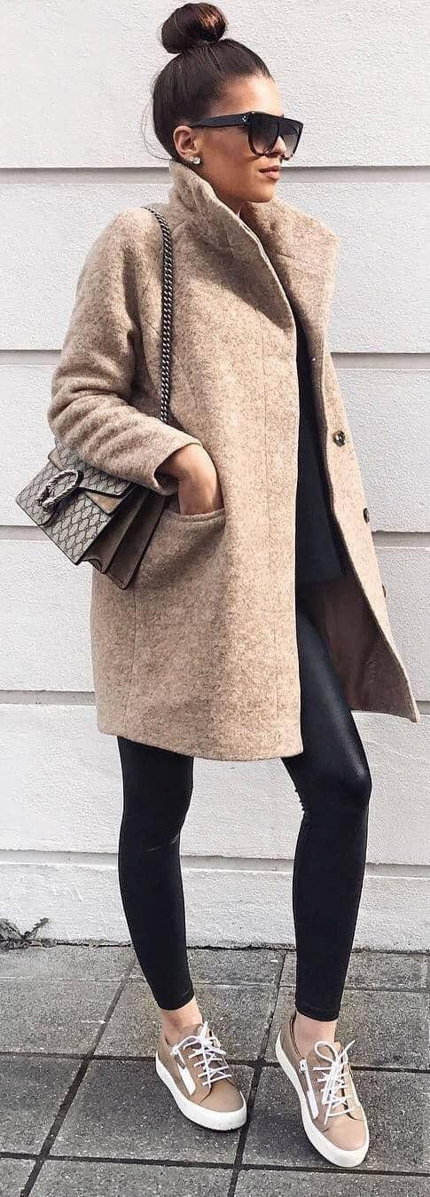 Бежевое пальто и леггинсы