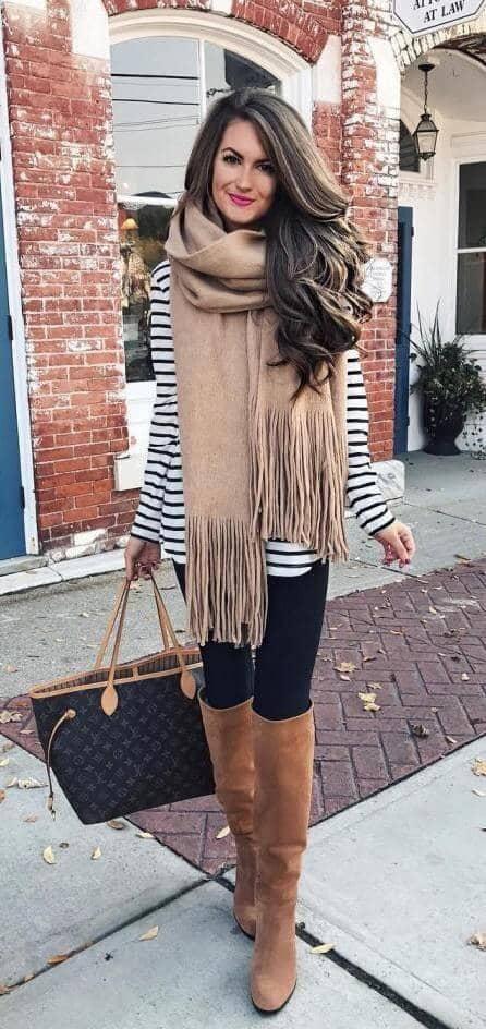 Большой шарф и леггинсы - идеальный образ