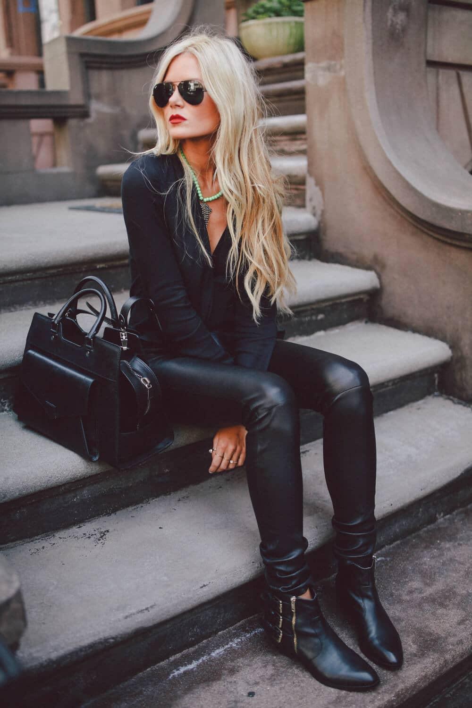 Черные кожаные штаны и блуза