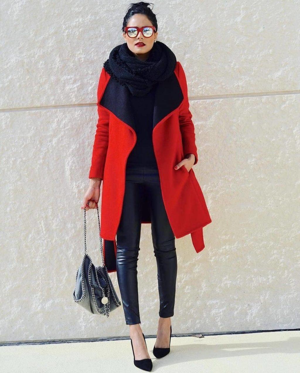 Кожаные леггинсы и красное пальто