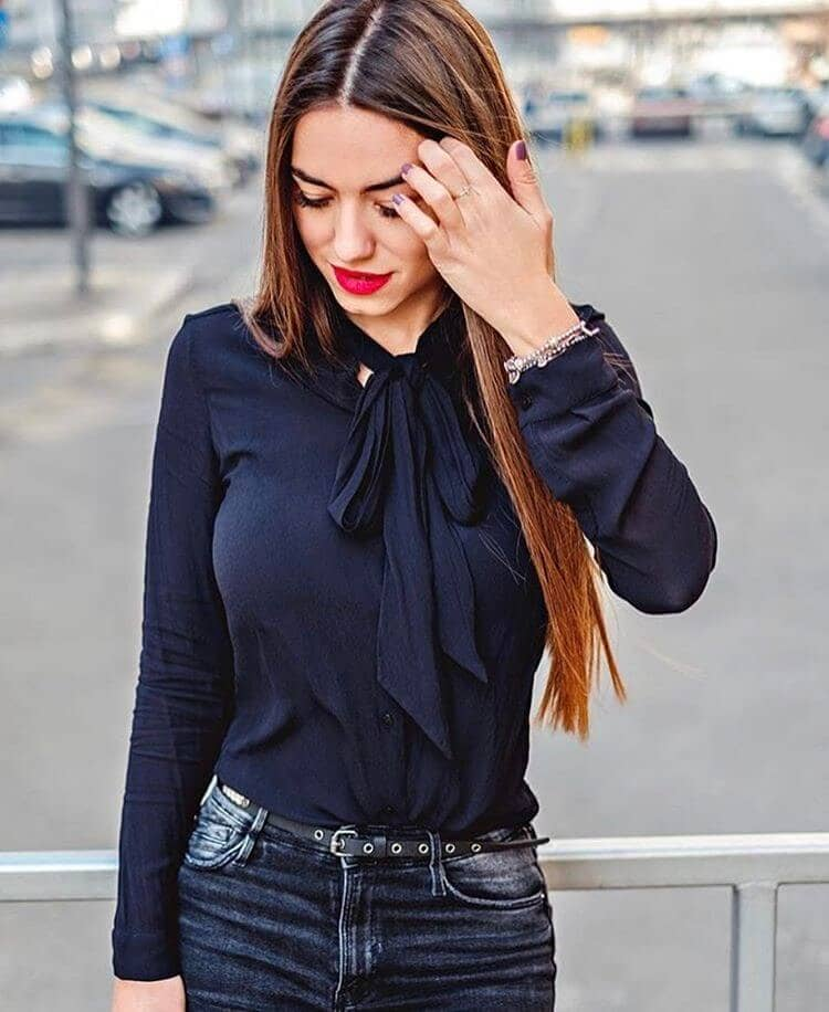 Стильная черная блуза и джинсы