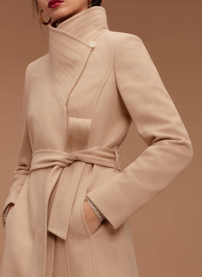 Стильное бежевое пальто с высоким воротом