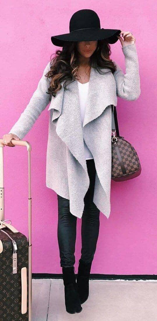 Стильное нейтральное осеннее пальто