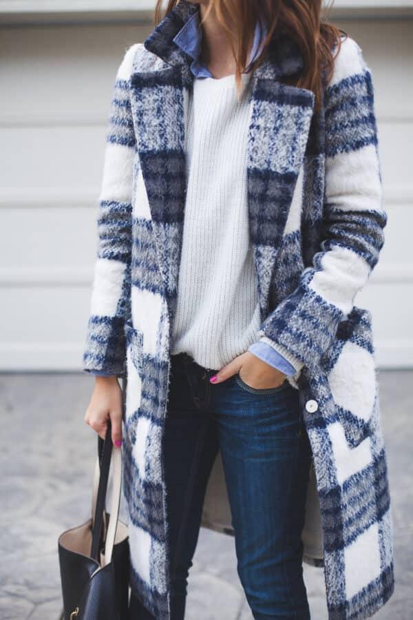 Темно-синее зимнее пальто в клетку
