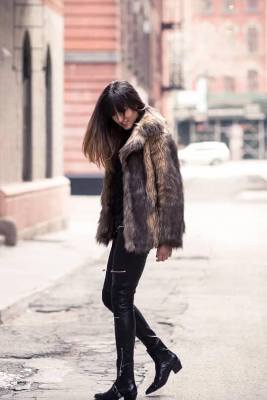 Зимнее пальто из коричневого меха