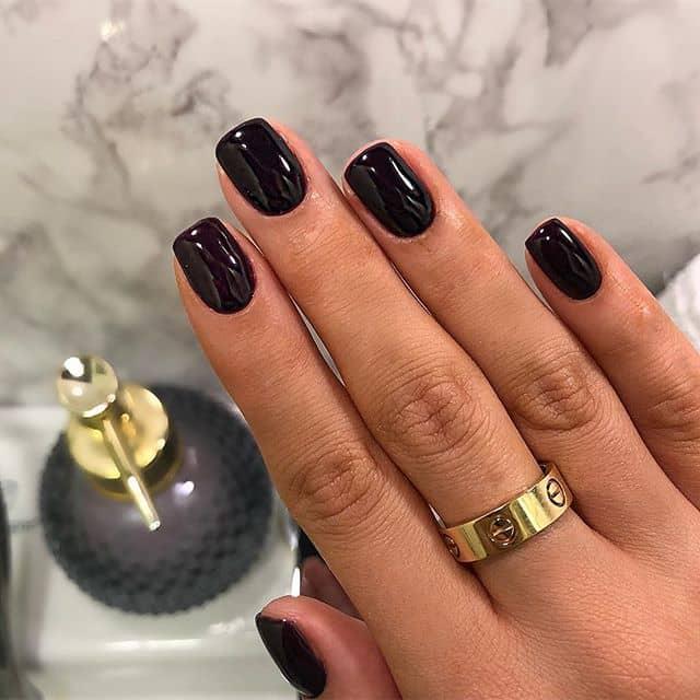 Простой темный маникюр на короткие ногти фото