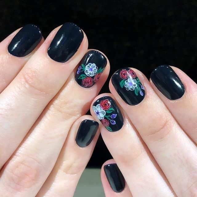 Темно-синий лак с цветочным дизайном для коротких ногтей фото