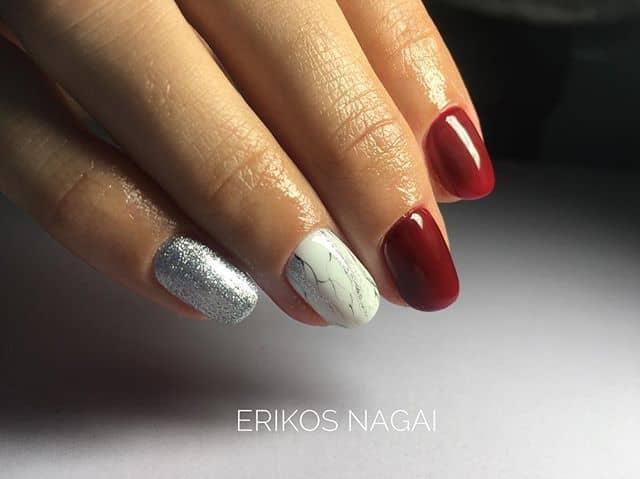 Необычный красный маникюр на короткие ногти с мраморными элементами фото