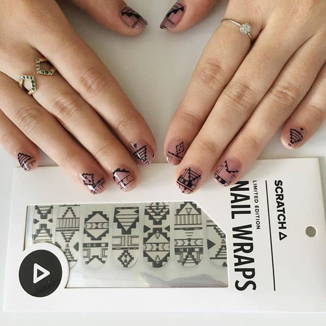 Естественный маникюр с черными наклейками на короткие ногти фото