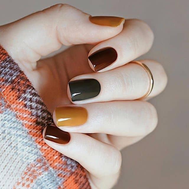 Элегантный мраморный маникюр на короткие ногти фото