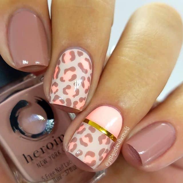Нюдовый маникюр на короткие ногти с леопардовым принтом фото
