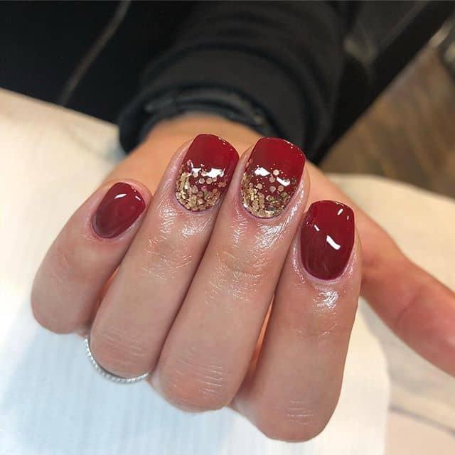 Глянцевый красный маникюр на короткие ногти фото