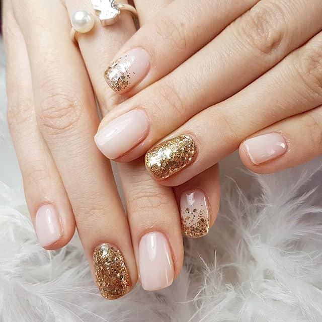 Естественный маникюр с золотым блеском на короткие ногти фото