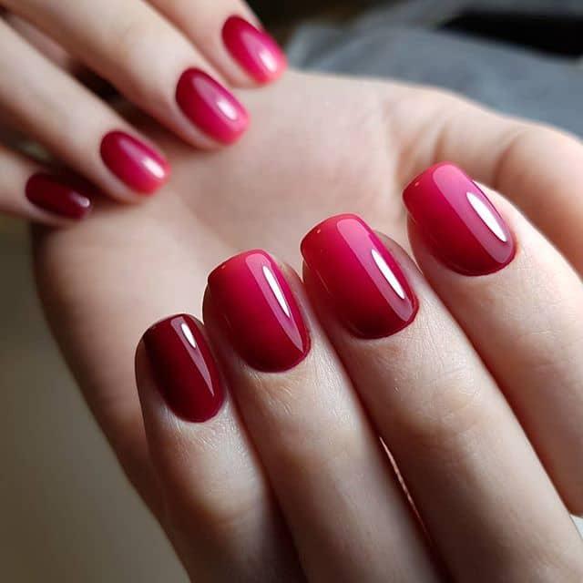 Элегантный красный омбре маникюр на короткие ногти фото