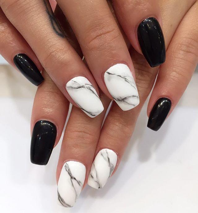 Черно-белый мраморный маникюр