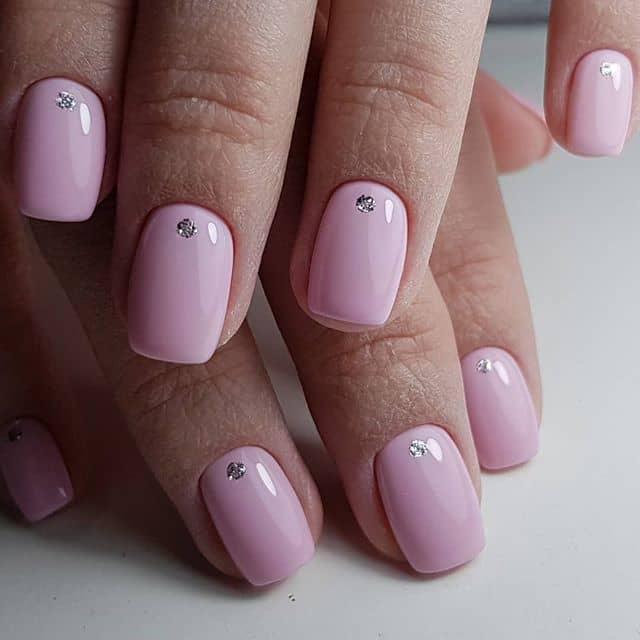 Розовый маникюр со стразами на короткие ногти фото