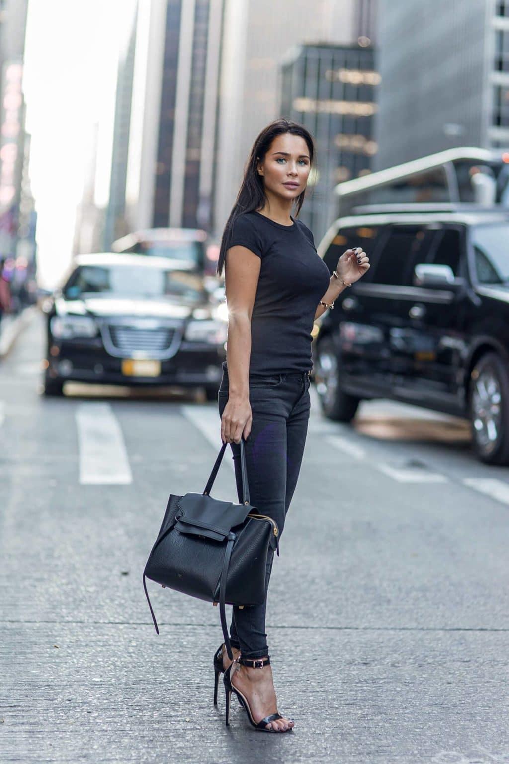 Простая черная футболка и каблуки