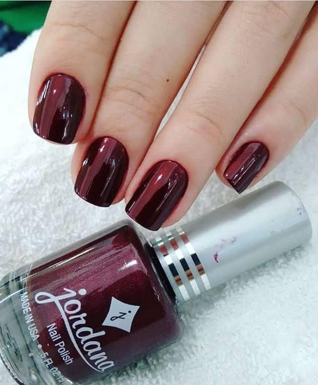 Темно-красный маникюр на короткие ногти фото