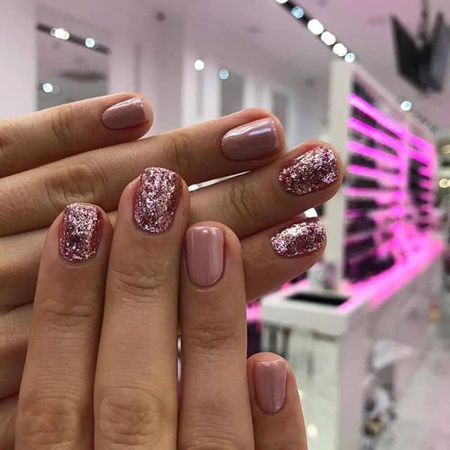 Розовый маникюр с блестками на короткие ногти фото